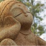 石神彫刻工房では、楽しげな表情の石んこ(石の地蔵たち)に会えます
