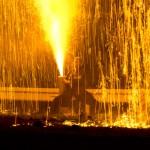 熱さと火花に耐えて手筒花火を打ち上げる花火師 (撮影: 2014年)
