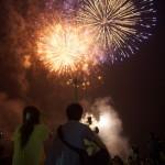 スターマインなどの打ち上げ花火と手筒花火が同時に楽しめる「みちのく川崎花火フェスタ」