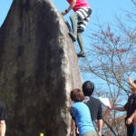 「ボルダリングフェスティバル」で、みちのく公園·時のひろばにある巨石のオブジェを登ったよ。